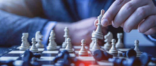 banner-chess-move
