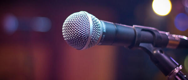 banner-microphone