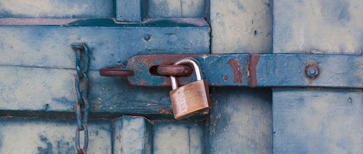 banner-door-padlock